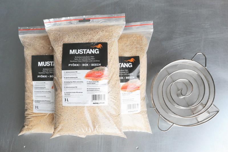 Grillpaul Set: Mustang Kaltrauchgenerator | Kaltraucherzeuger + Räucherspäne Buche | Körnung 0,4 -1 mm | Räuchermehl | 3x3 Liter Sack | 2700g